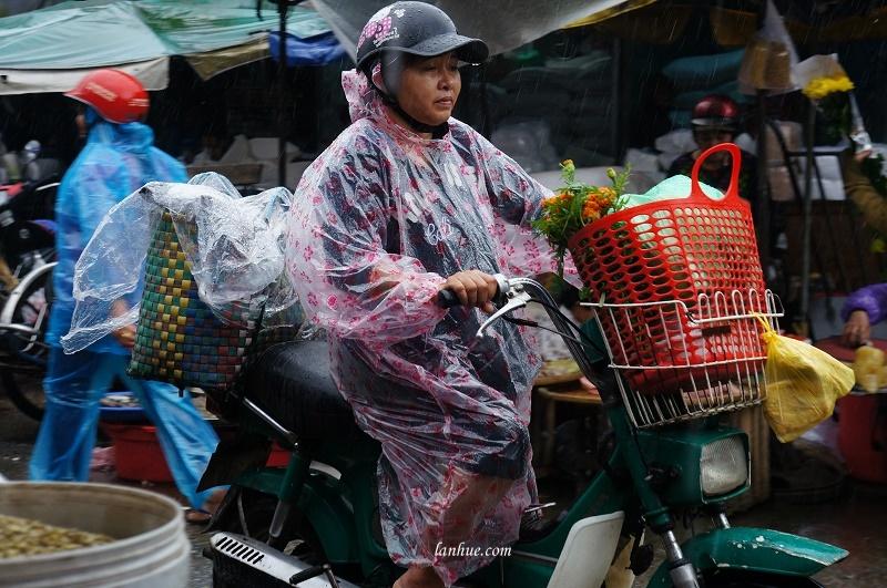 The marketgoer leaving the market in rain