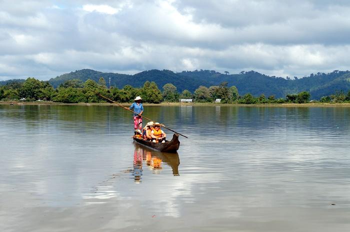 Người dân đưa khách đi dạo chơi trên hồ Lắk