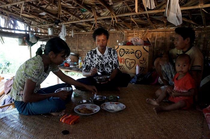 Ăn tối cùng chị và anh Aung Ko Ko