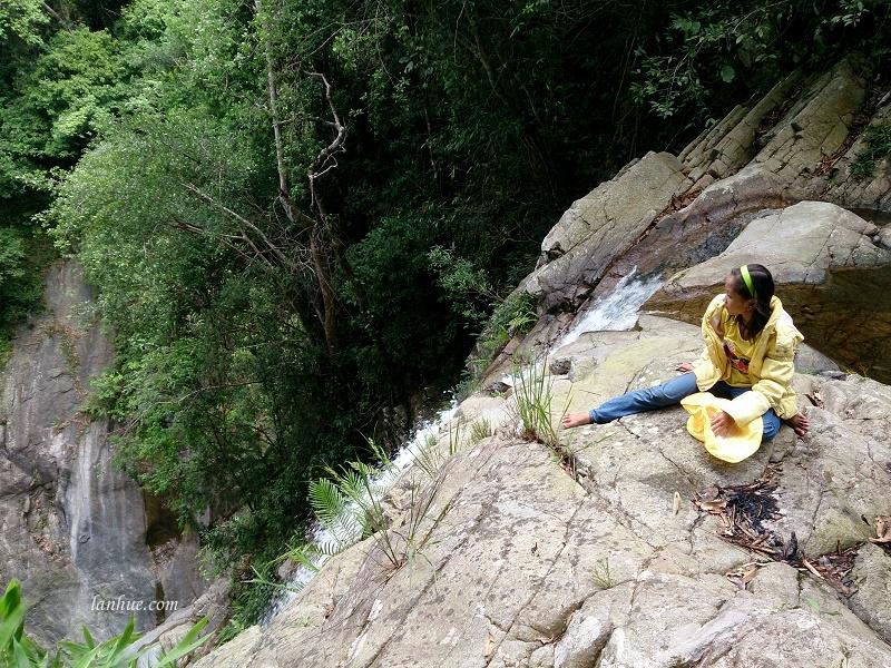 Bé Nga ngồi trên đỉnh thác A Nôr