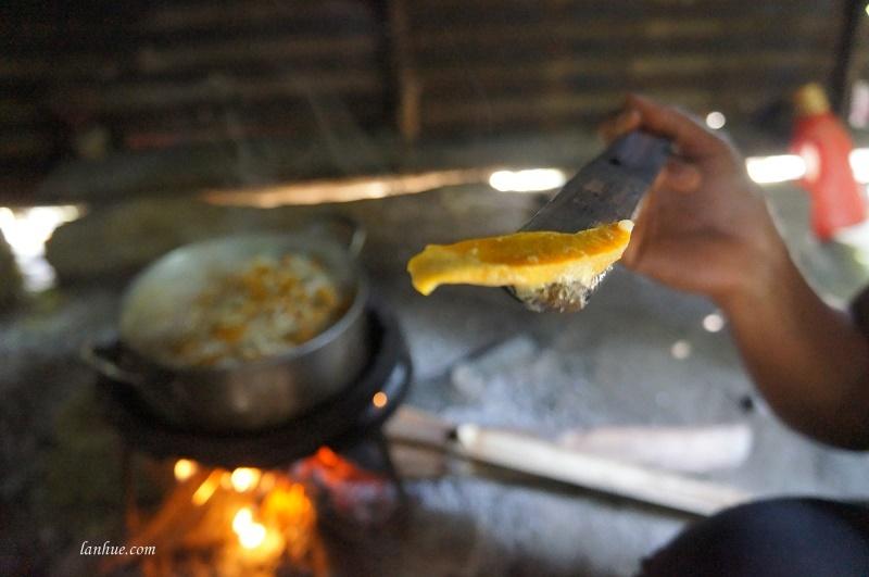 Chị Đàm nấu món cháo bí đỏ