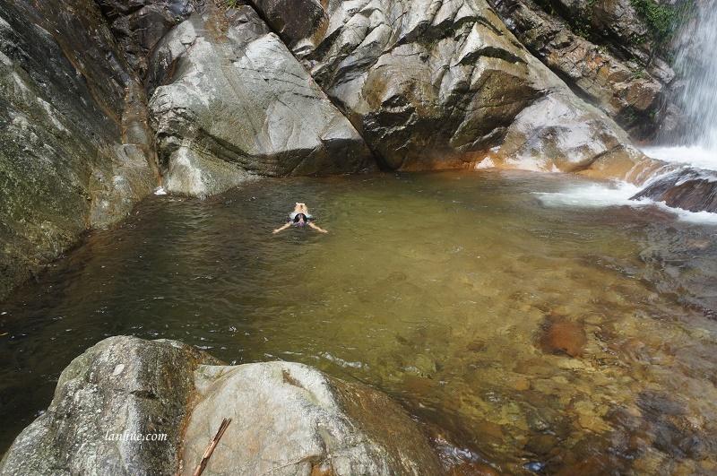 Bơi trong hồ nước dưới chân thác A Nôr (Ảnh: Cu Bàng)