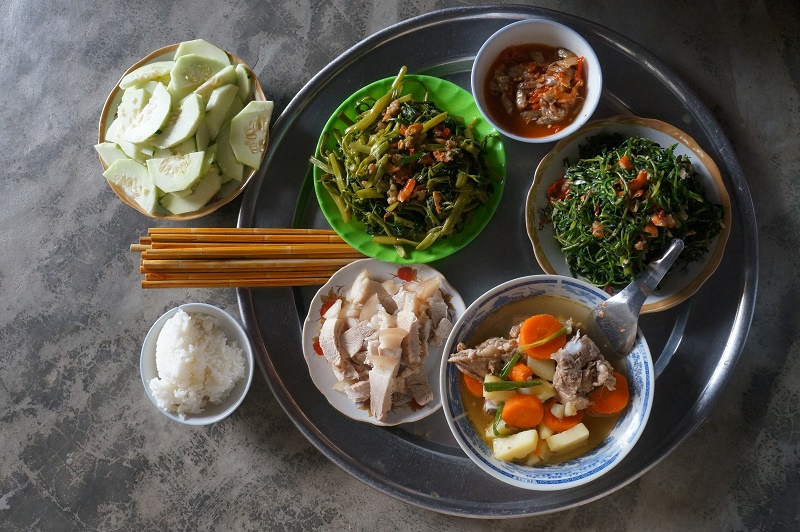 Bữa cơm trưa ngon lành ở nhà em Chuyên