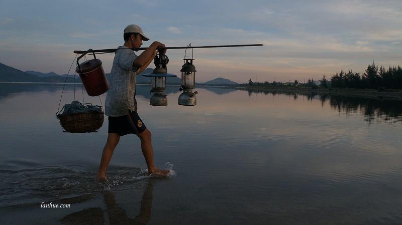 Ngư dân về nhà sau một đêm đánh bắt cá.