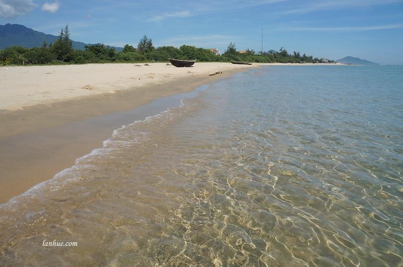 Nước biển trong vắt lấp loáng trong nắng