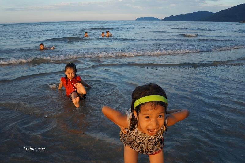 Buổi chiều là lúc trẻ con tha hồ chơi đùa trên biển.