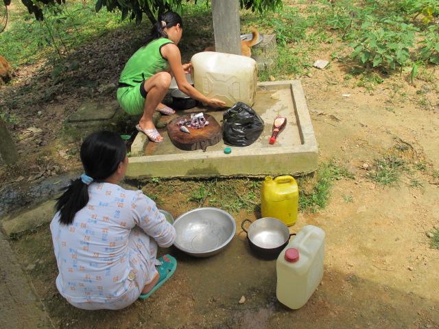 Chị Loan helping Xâm prepare our lunch