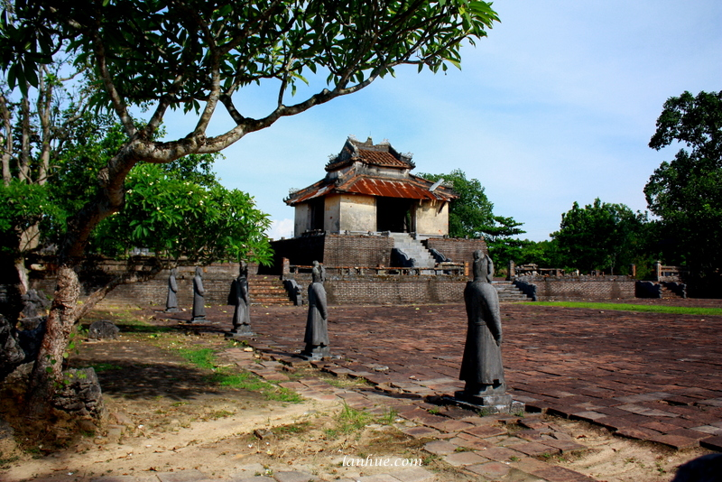 The greeting courtyard and stele pavilion at Xương Lăng