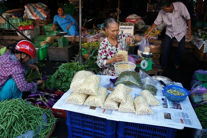 Peeled lotus seeds are the locals' favorite ingredients in summer time.