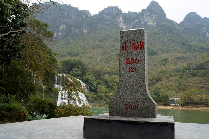 A border milestone erected by Bản Giốc Waterfalls