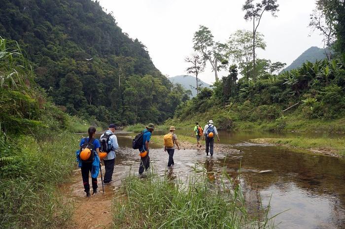 Crossing a dozen of streams to reach Hang Én