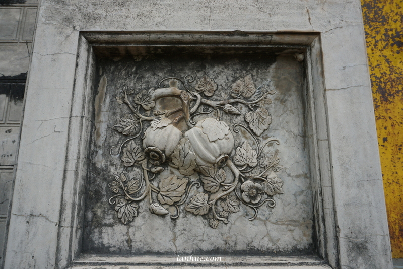 A bas-relief of fruits on the door of Tư Thông