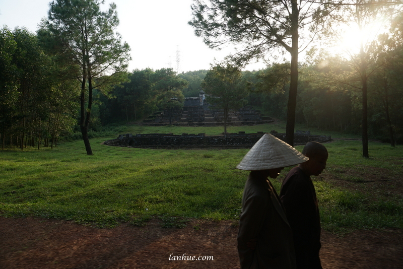 Two women walked past Xương Thọ after visiting their parents' tombs which were located near there.