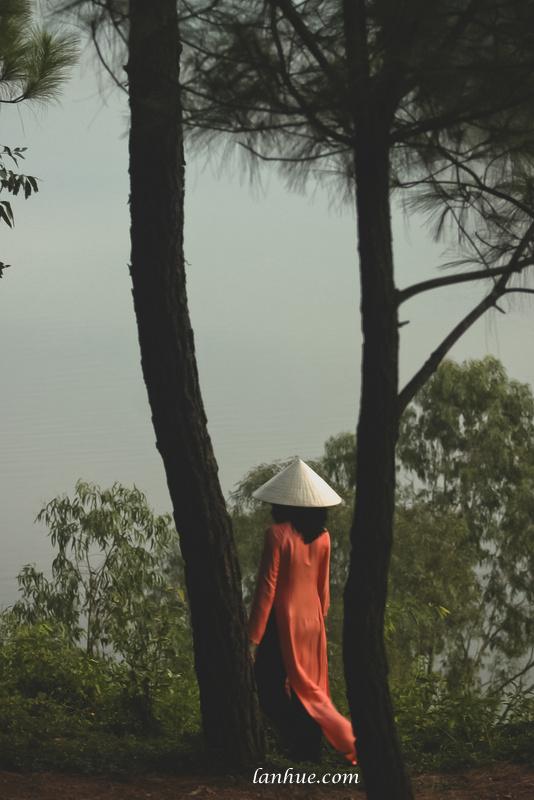 Lan Huế in áo dài