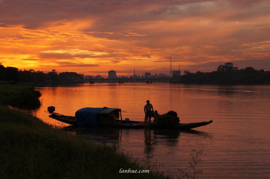 Hương River, Huế City