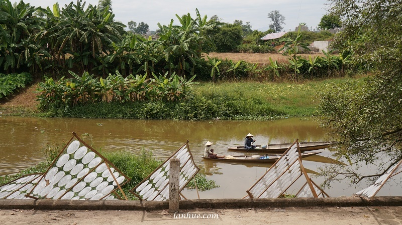boats on Bạch Yến Stream