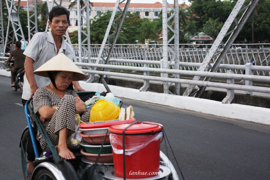 The breakfast woman on cyclo